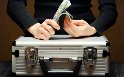 Money_briefcase_for_money_Suitcase_Hands_520562_1280x853